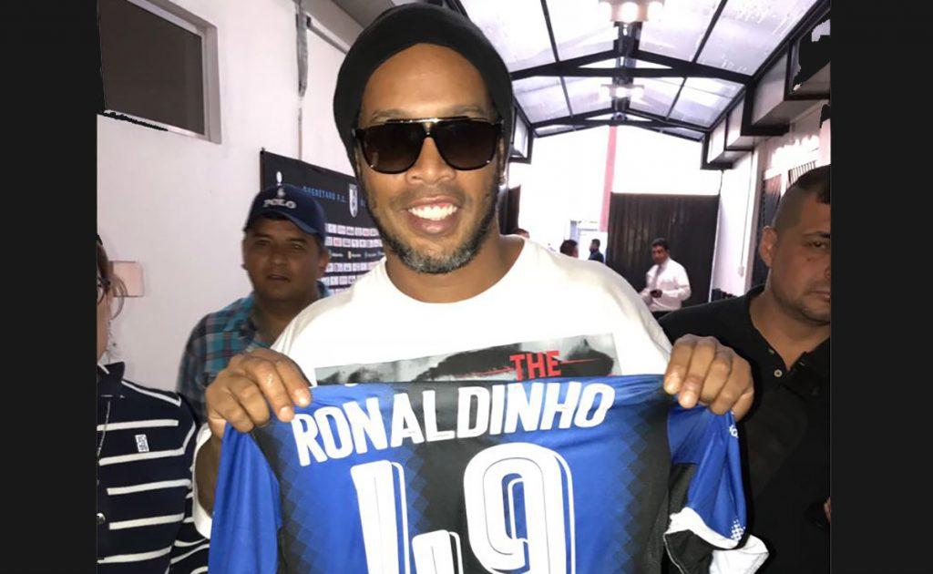 El astro brasileño Ronaldinho regresó a Querétaro para disputar un partido por la paz entre estrellas latinas y europeas; restaurante lo agasaja con un lechón