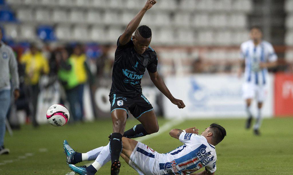 Con solitario gol de Yerson Candelo, los Gallos Blancos del Querétaro vencieron 1-0 a los Tuzos del Pachuca, que confirmó su fracaso en la liga