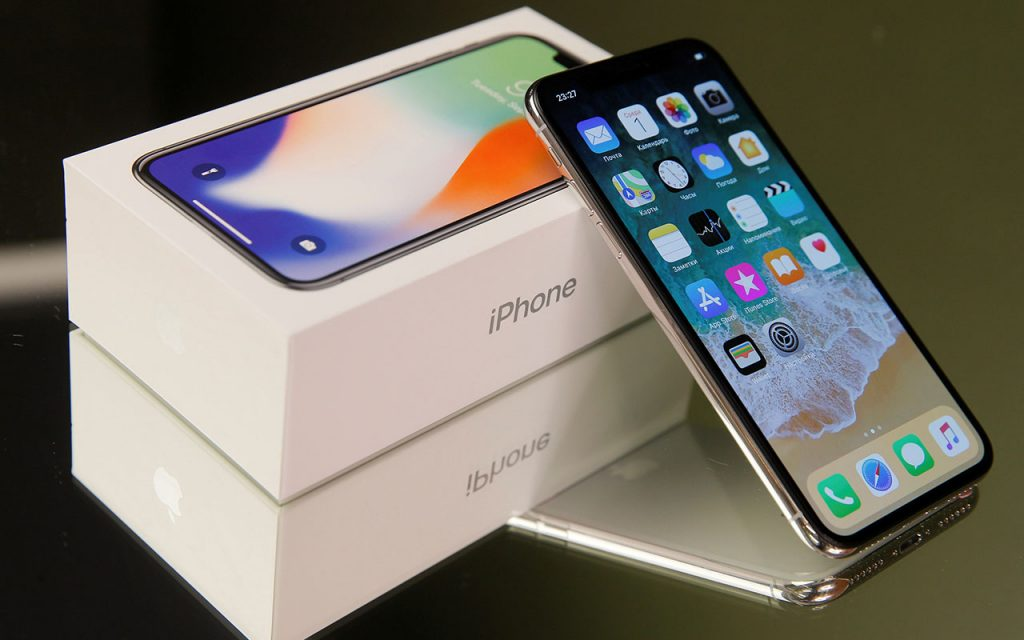 An Apple's new iPhone X is seen in this illustration picture, November 2, 2017. REUTERS/Maxim Shemetov/Illustration