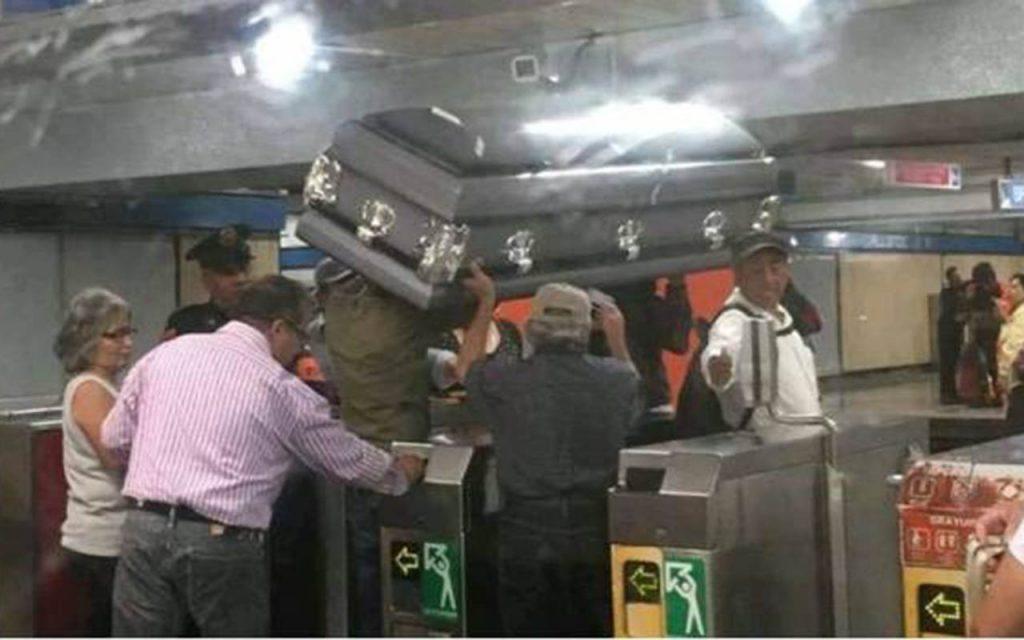 Familia transporta ataúd en Metro de la CDMX