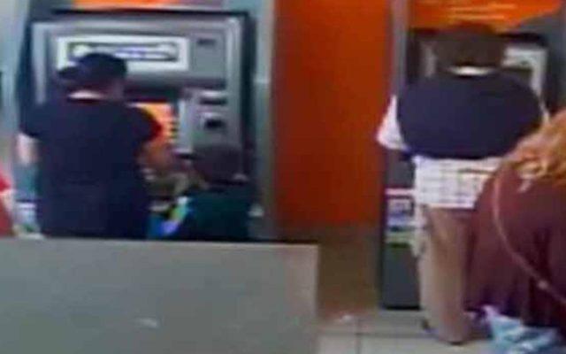 VIDEO: Niño de 4 años roba dinero de un cajero automático