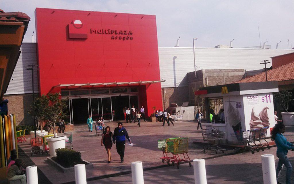 Comando armado entra a Plaza Aragón y saquea tiendas