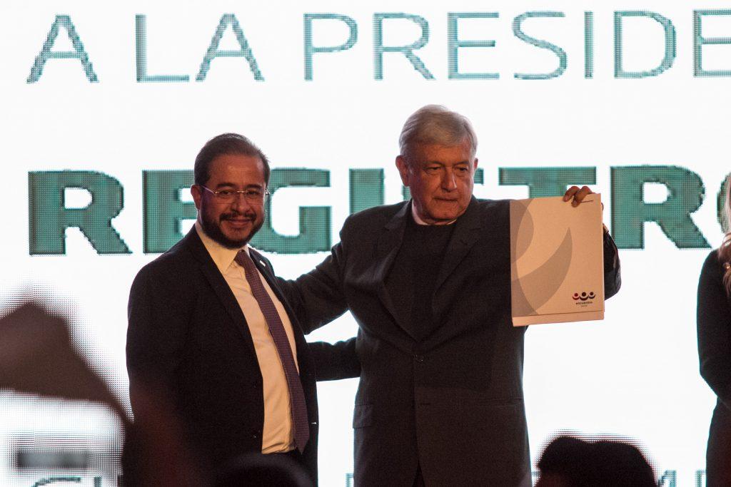 Hugo Eric Flores Cervantes, presidente nacional del Partido Encuentro Social, y Andrés Manuel López Obrador. CUARTOSCURO.