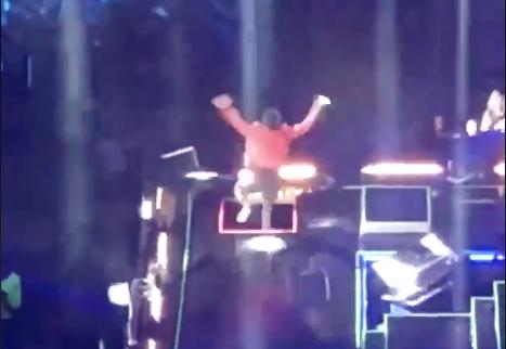 """VIDEOS: Beto Cuevas cae del escenario en el """"90's Pop Tour"""""""