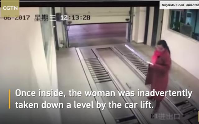 Mujer obsesionada con su smartphone, termina debajo de un coche en China