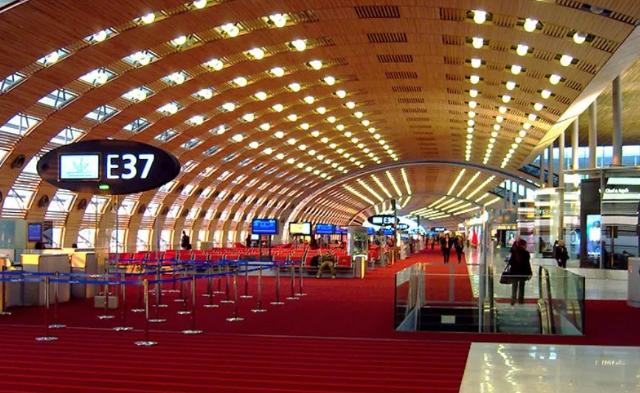 Vagabundo encuentra 300 mil euros en aeropuerto parisino