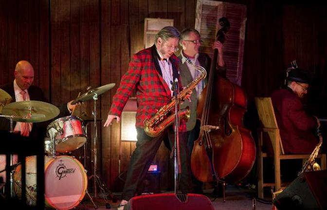 Muere a los 61 años Ralph Carney, saxofonista de Tom Waits