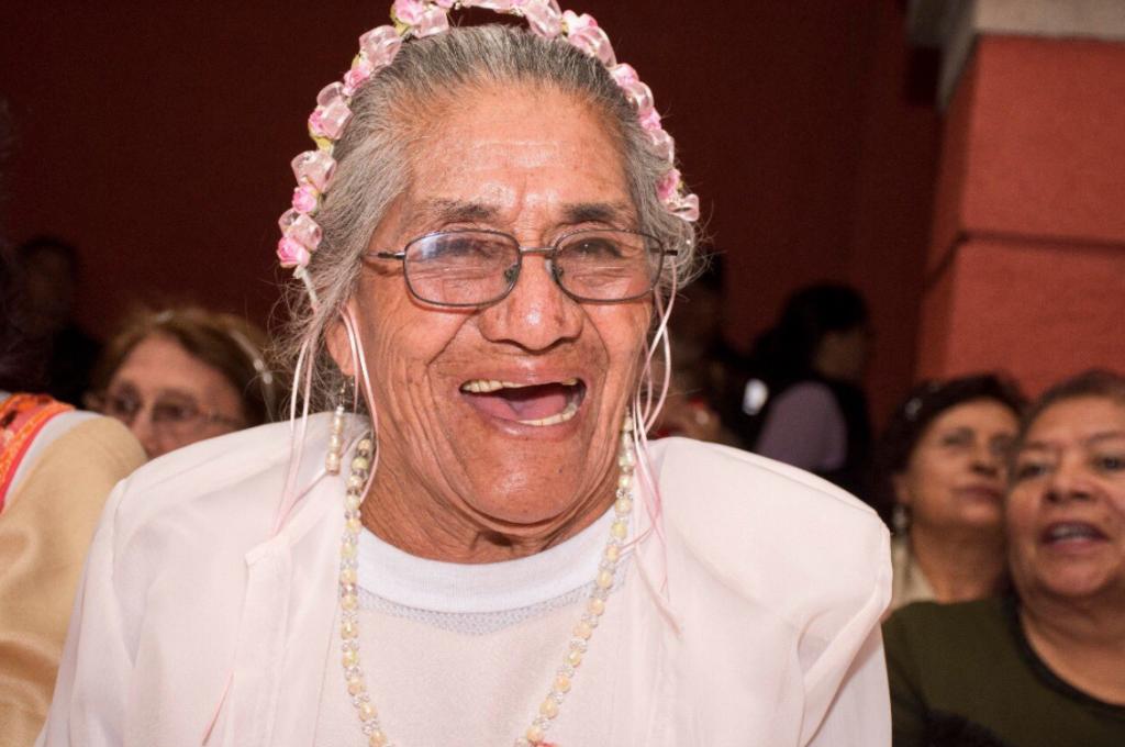 Hacen realidad el sueño de 400 abuelitas; les organizan fiesta de 15 años
