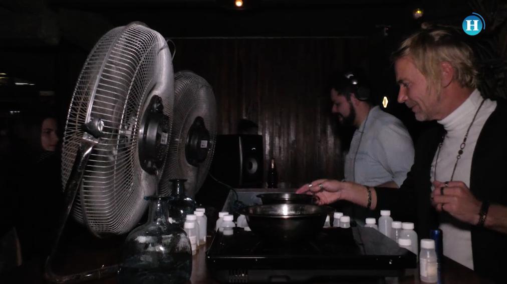 Andy un DJ que no mezcla música, sino… ¡aromas!
