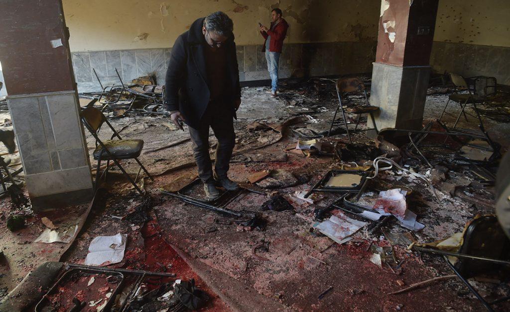 Un hombre se inmoló detonando explosivos durante un seminario en un centro cultural de la minoría musulmana chií; el Estado Islámico (EI) se adjudicó el hecho