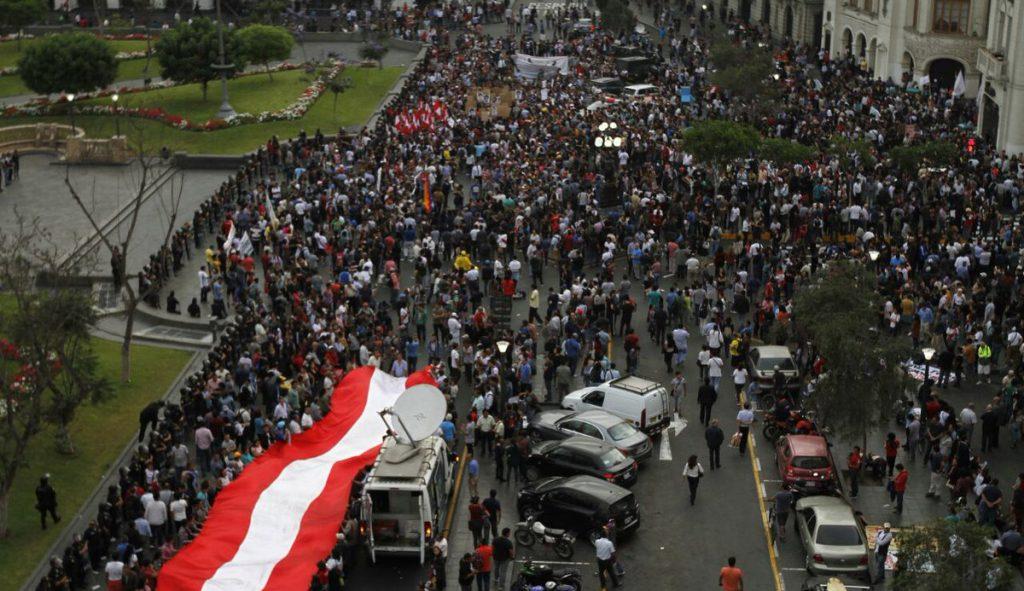 En las principales ciudades peruanas, miles de personas comenzaron a manifestar su rechazo al indulto concedido al ex mandatario Alberto Fujimori