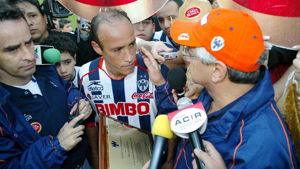 El exdelantero de Rayados, Missael Espinoza, asegura que el que haya tanto jugador extranjero en Monterrey y Tigres es también culpa de los futbolistas nacionales