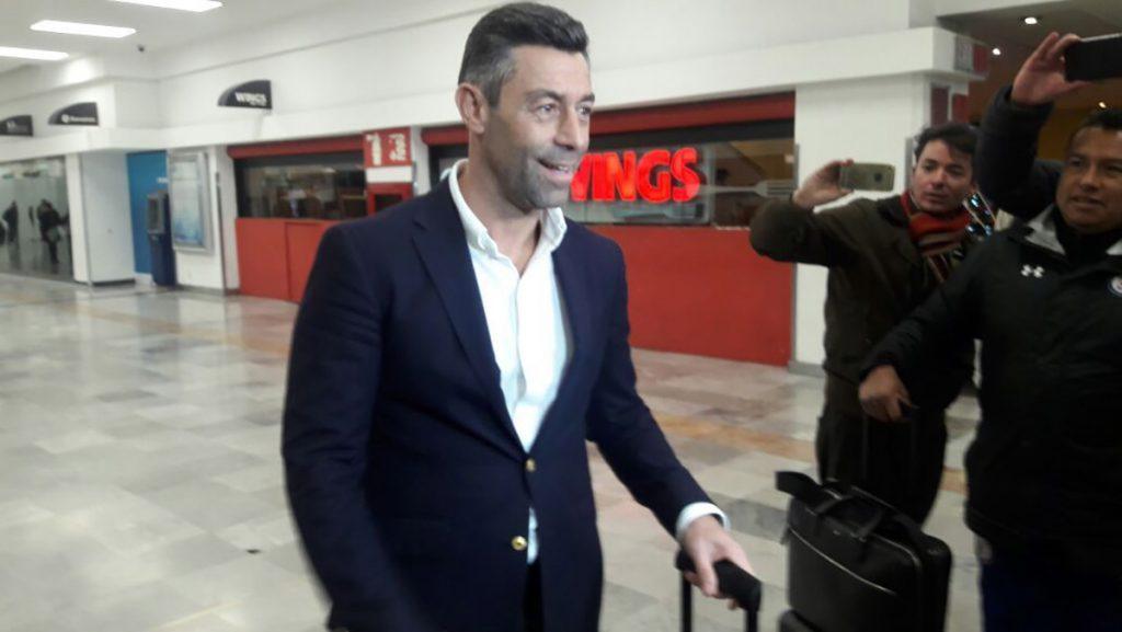 El técnico portugués Pedro Caixinha llegó a México para tomar las riendas del Cruz Azul para el Clausura 2018; el lunes será presentado