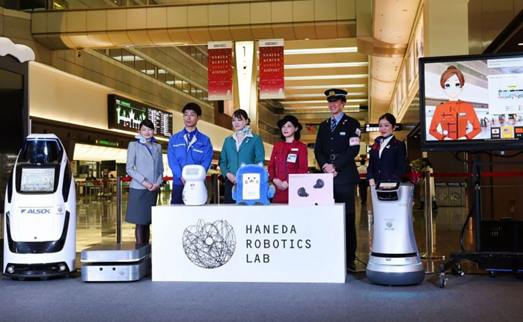 Japón presentó 7 robots que son capaces de cargar las maletas, indicar una dirección o traducir frases del japonés a otras lenguas