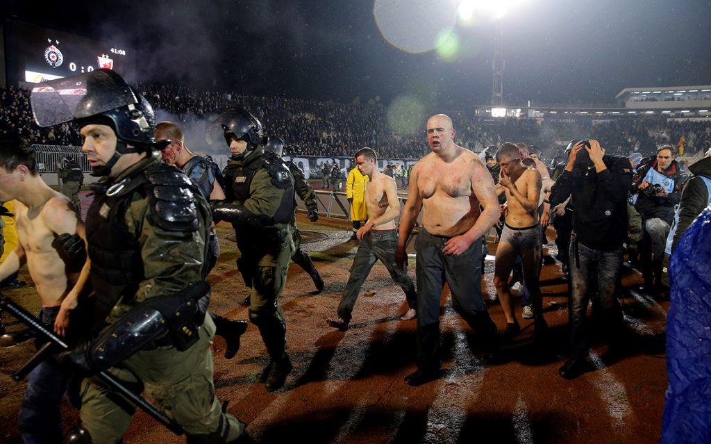 El derbi de Belgrado entre el Estrella Roja y el Partizan dejó un saldo de 20 heridos y 26 detenidos por enfrentamiento entre barras bravas