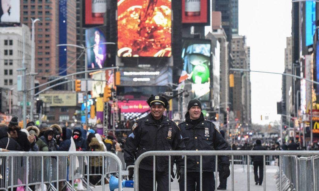 Cerca de dos millones de personas esperan el 2018 en Times Square desafiando las gélidas temperaturas y un inédito dispositivo de seguridad