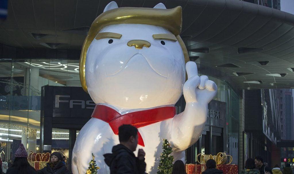 La figura de un can con los rasgos característicos del presidente de Estados Unidos engalana la entrada de un centro comercial en Taiyuan; el año pasado hicieron lo mismo con un gallo