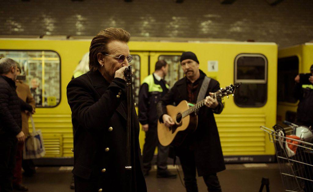Bono y The Edge aparecieron en la estación Deutsche Oper para interpretar su nuevo sencillo