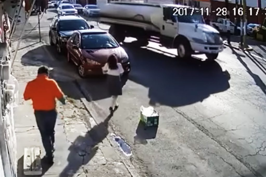 VIDEO: Pipa arrastra bruscamente con cable a niña en Puebla