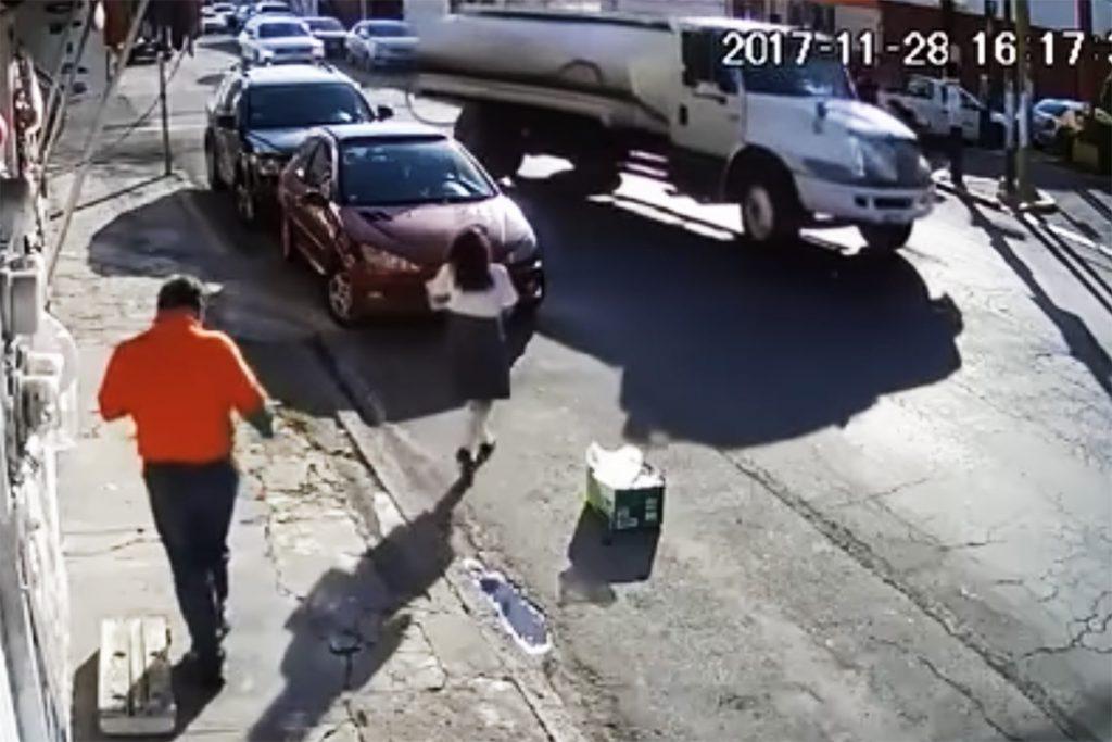 VIDEO: Pipa arrastra bruscamente con cable a niña en Puebla