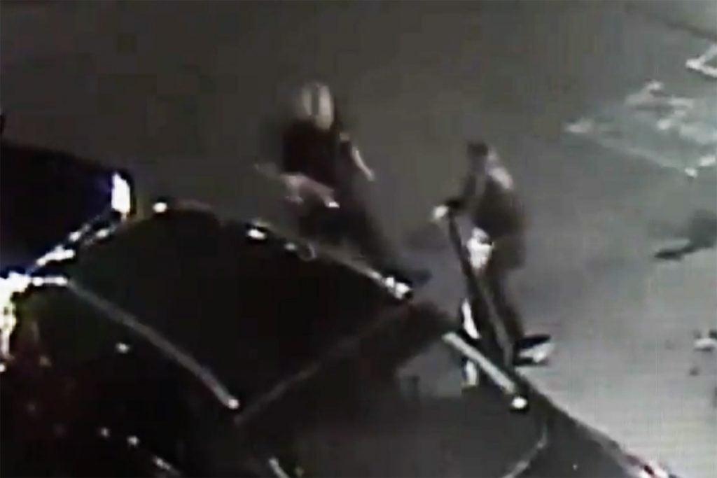 VIDEO: Hombre agrede a mujer en bronca de tránsito