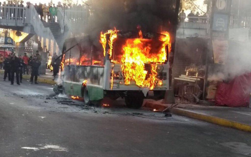 Microbús se incendia en paradero de Taxqueña; no hay lesionados