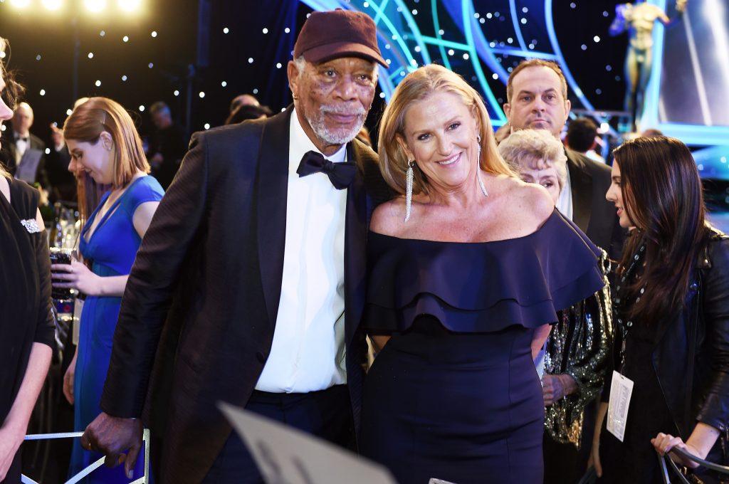 Morgan Freeman y Lori McCreary. AFP.
