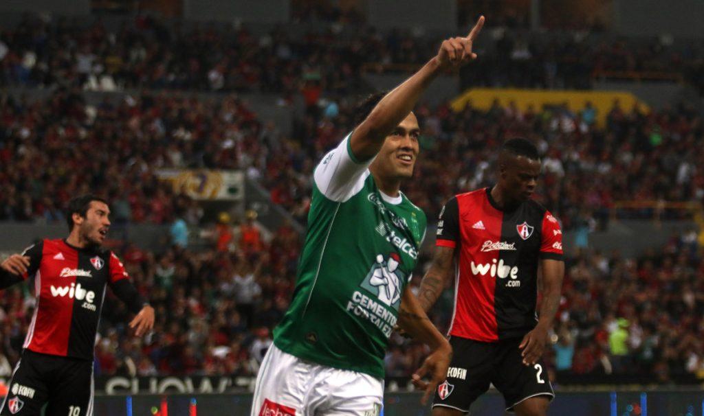 Los Panzas Verdes del León fueron al estadio Jalisco a sacar sus primeros tres puntos del torneo al vencer 2-1 a los Rojinegros del Atlas