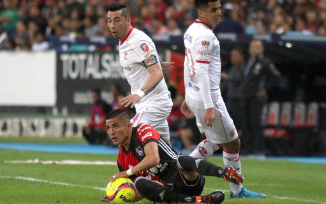 Los Diablos Rojos del Toluca obtuvieron su primera victoria del torneo al vencer 3-1 a unos Rojinegros del Atlas que seguirán en el sótano general tras hilar tercer descalabro