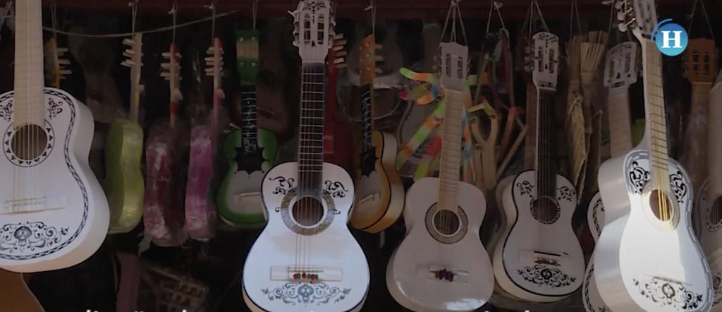 """Guitarra de """"Coco"""", la más vendida en Paracho, Michoacán"""