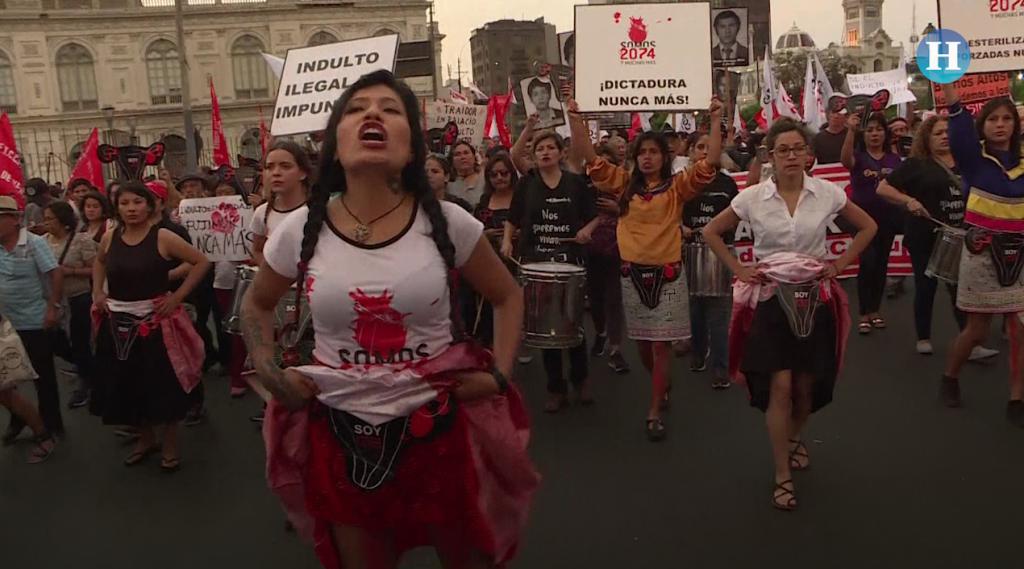 Miles exigen renuncia de Kuczynski tras indulto a Fujimori