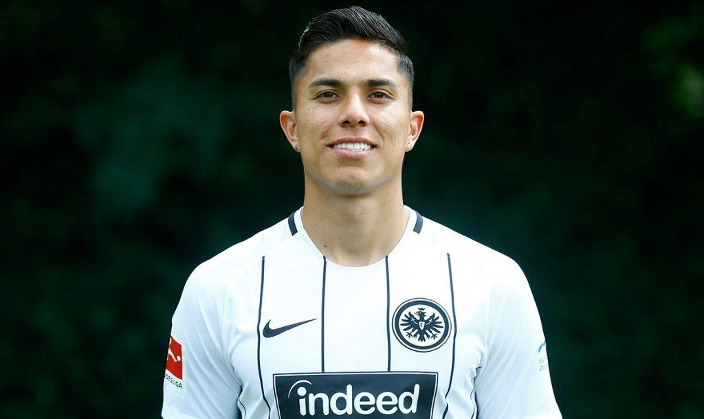 Carlos Salcedo, defensa del Eintracht Frankfurt, fue incluido en el equipo ideal de futbolistas no nacidos en Europa de la Bundesliga
