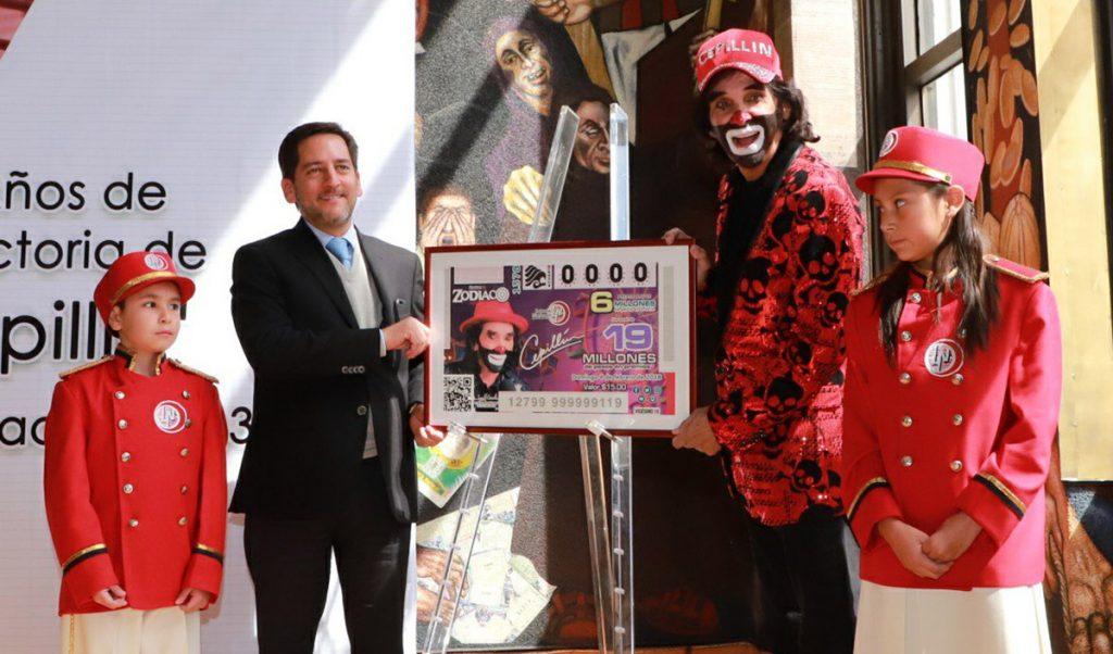 Conmovido hasta las lágrimas, Ricardo Gonzalez Cepillín presentó el billete de la Lotería Nacional con el que conmemora 45 años de trayectoria