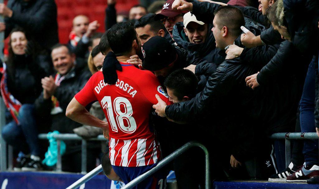 El hispanobrasileño Diego Costa marcó gol en la victoria del Atlético de Madrid 2-0 sobre el Getafe, pero fue expulsado en el festejo