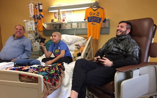 André-Pierre Gignac volvió a demostrar su calidad como ser humano al pasar parte de la tarde conviviendo con José Garza, un niño que padece cáncer en los huesos