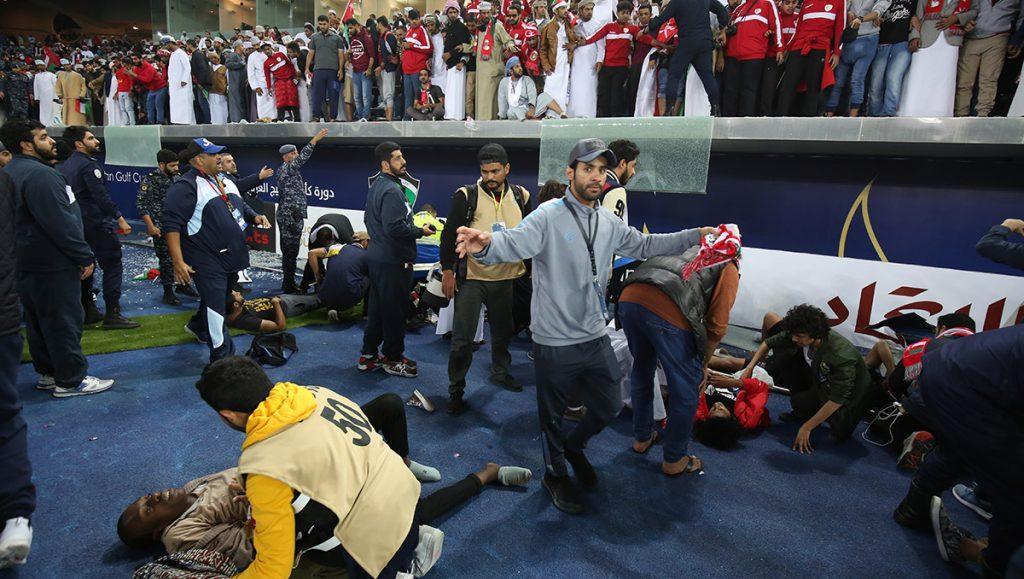 Al menos 40 aficionados resultaron heridos al desplomarse una barrera de la grada del estadio de Kuwait City, en la final de la Copa del Golfo de Naciones
