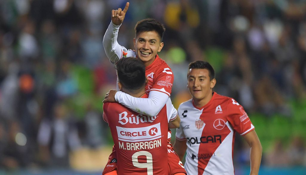 Los Hidrorrayos del Necaxa se metieron al Nou Camp de León para propinarle una goliza de 4-0 a La Fiera y quitarle el invicto en el torneo
