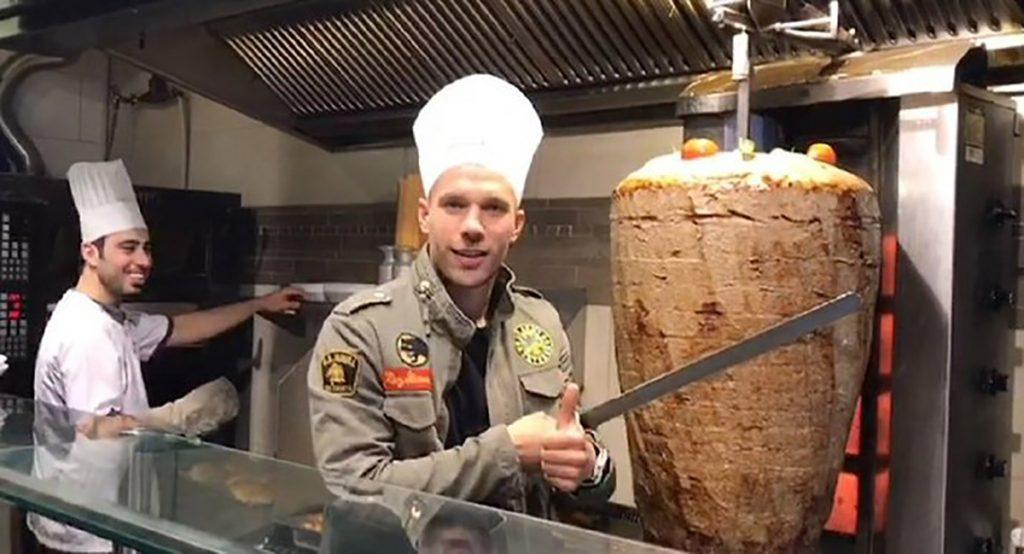 El delantero alemán Lukas Podolski abrirá en Colonia un restaurante de döner, comida típica de Turquía, país en el que jugó por dos años