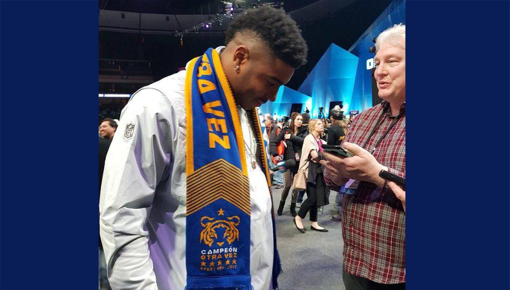 Marquis Flowers, linebacker de los Patriotas de Nueva Inglaterra apareció en el día de medios portando una bufanda de los Tigres de la UANL
