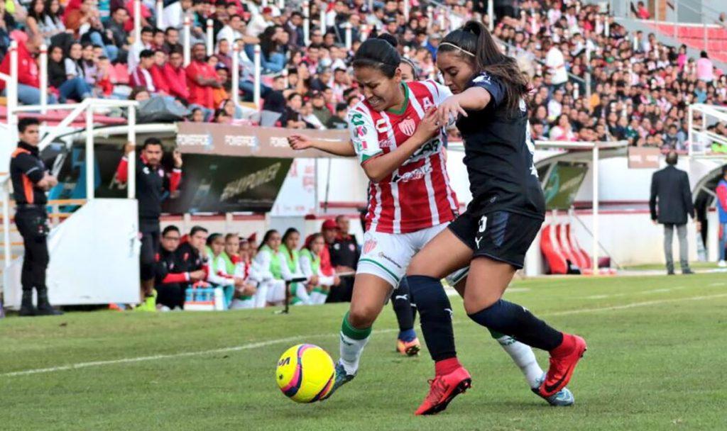 Las campeonas Chivas vinieron de atrás para vencer 2-1 a Necaxa en Aguascalientes; Cruz Azul cayó en casa 0-2 con Pachuca