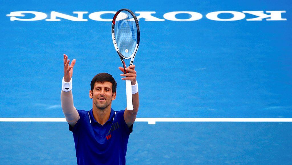 Tras seis meses alejado de las canchas por lesión, el serbio Novak Djokovic venció en dos sets al austriaco Dominic Thiem en Kooyong