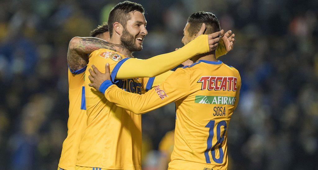 El campeón Tigres sumó sus primeros tres puntos al vencer 2-1 a Santos Laguna en el Volcán; Ismael Sosa y Gignac marcaron los goles felinos