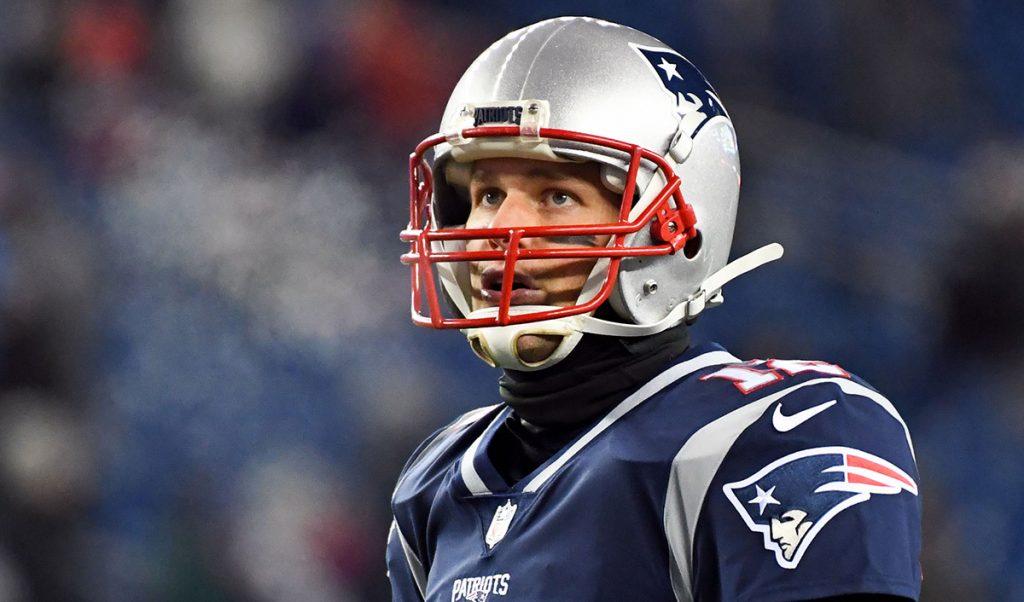 El quarterback de los Patriotas, Tom Brady, realizó una práctica muy ligera y se ausentó de la conferencia de prensa por una lesión en la mano