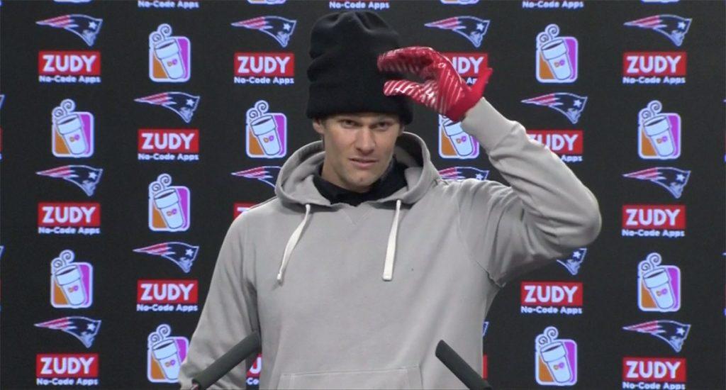 Tom Brady no quiso hablar sobre la lesión en su mano derecha que le ha impedido entrenar los últimos días, previo al duelo de conferencia contra Jaguares