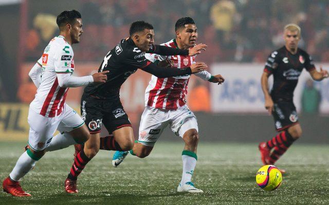 Una falla del portero Marcelo Barovero puso a Xolos al frente, Necaxa logró igualar, pero una mala decisión del cuerpo arbitral anuló el empate