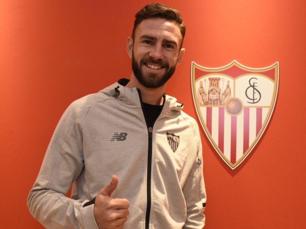 Miguel Layún firma contrato con el Sevilla, quiere una larga estadía
