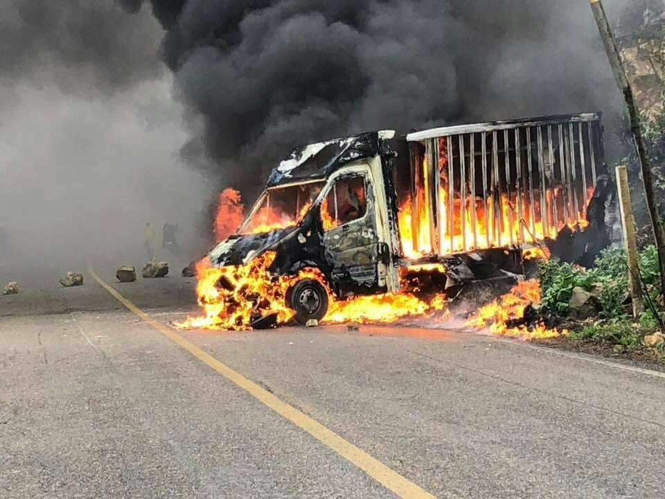 Durante el enfrentamiento se registró, además, la quema de un vehículo.