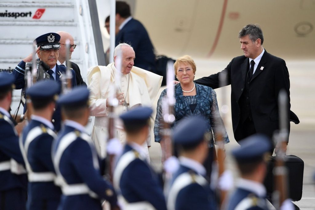 Papa Francisco llega a Chile, lo esperan miles de fieles