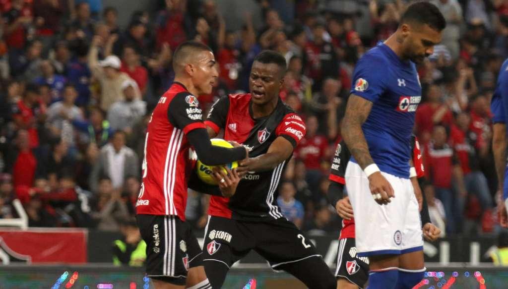 Los Rojinegros del Atlas le dieron la vuelta al marcador adverso y terminaron obteniendo su primera victoria del torneo al vencer 2-1 a Cruz Azul, que terminó con 9 hombres