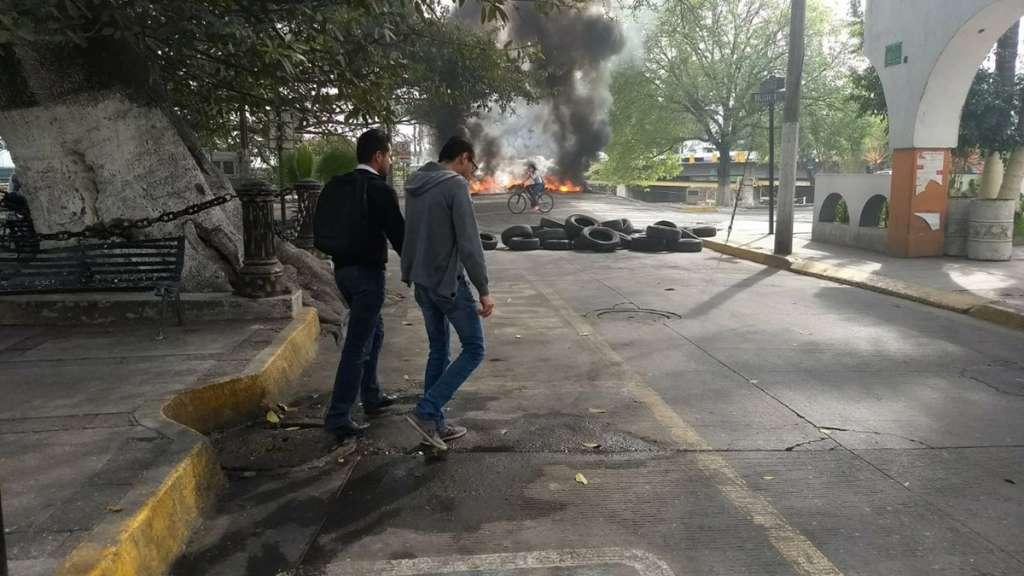 Un grupo de inconformes bloqueó calles y los principales accesos al municipio de Ocotlán, Jalisco utilizando llantas a las que prendieron fuego